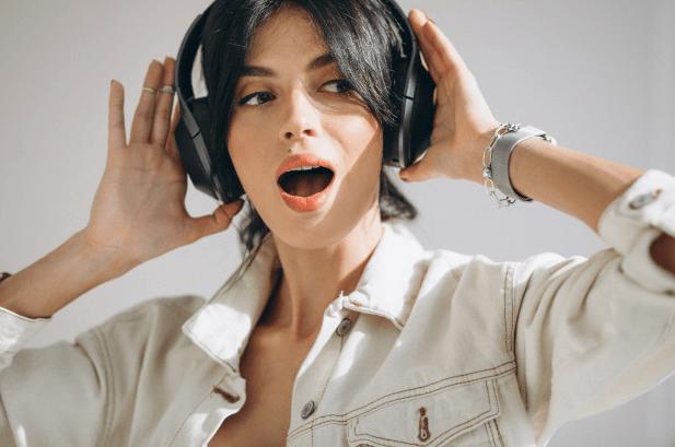 femme heureuse qui ecoute musique